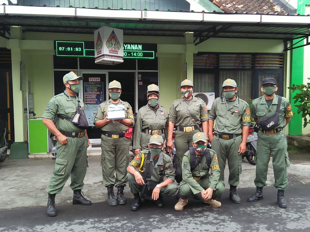 Linmas Jaga Surya Siap bagi masker